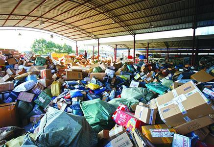 大量快件堆积在仓库本版图片/晨报记者张佳琪